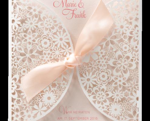 romantische Lasercut-Karte mit eleganter Spitze aus schimmerndem Edelkarton, Hochzeitskarten floral