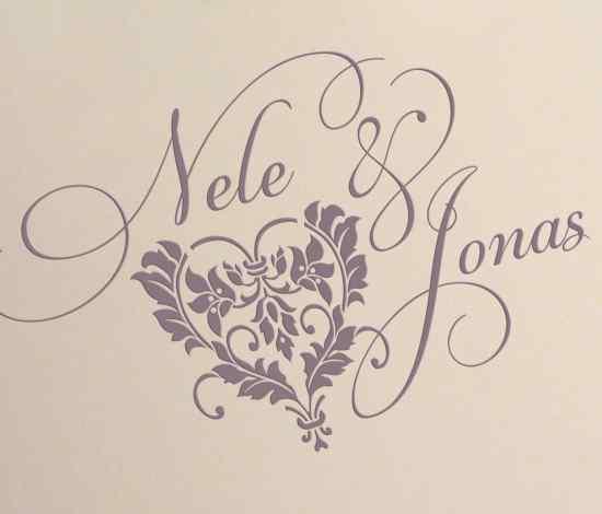 Hochzeitskarten-Logo, gedruckt auf Büttenpapier, Herz mit schwungvoller Schrift