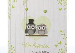 Hochzeitskarte, reizendes Eulen Brautpaar, Holzwand, grüne Töne, Druckerei für Hochzeitspapeterie