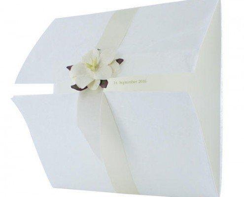 Elegante quadratische Hochzeitskarte mit feiner, weißer Blüte, Hochzeitspapeterie Düsseldorf