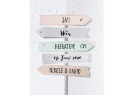 Tolle Hochzeitseinladung mit ausgeschnittenen Pfeilen in origineller Faltung, kreative Hochzeitskarten