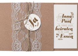 Hochzeitseinladung bestehend aus einer Kombination von Kraftkarton, Kordelschleifchen, echter Spitze und Aquarellpapier, Angebot Hochzeitspapeterie
