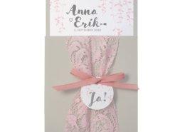 hübsche Hochzeitskarte auf perlgrauem Karton mit Bändchen und eleganter Spitze, Hochzeitskarten mit Spitze