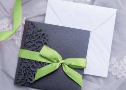 Einladung Hochzeit Lasercut Pocket grün Schleife