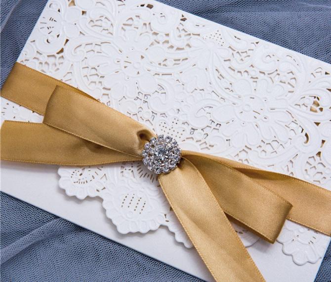 stilvolle Hochzeitskarte mit Satinschleife, edle Brosche aus Strass, hochzeitskarten floral