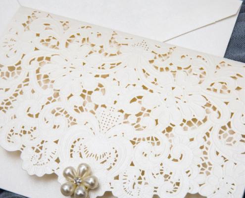 romantische Hochzeitskarte, cremefarbener Feinkarton, Lasercut, Brosche, hochzeitskarten kreativ