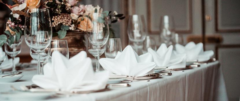 Schloss Hochzeit Tisch Blumen
