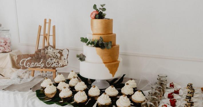Hochzeitstorte Drip Cake Gold Candy Bar Cupcakes