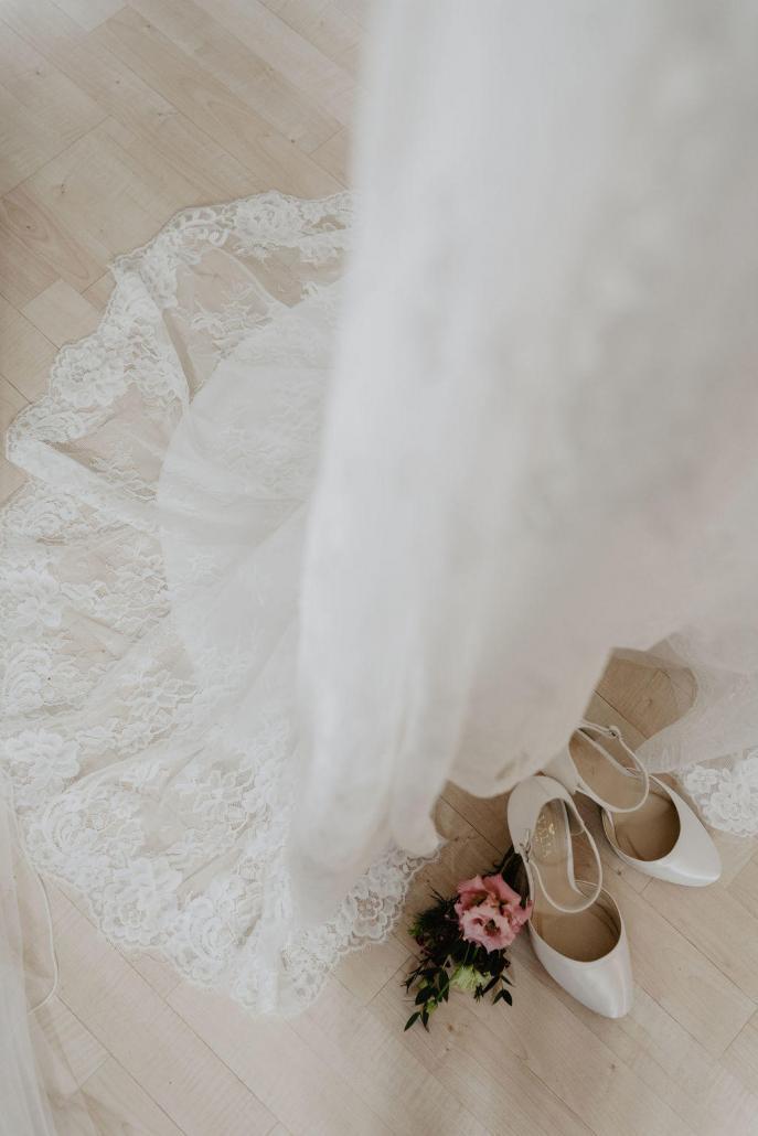 Vintage Brautkleid Spitze Brautschuhe Blumen
